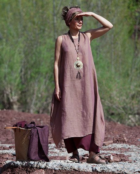 In a rosewood color with subtle shimmering bronze, this long tunic chambray linen veil Accompanied by a harem-colored linen skirt cassis goal ...