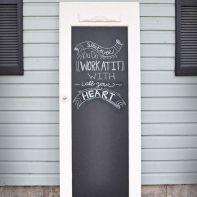 Oude deur als krijtbord