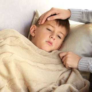 A diferencia del resfriado común, los síntomas de la influenza aparecen en cuestión de horas. Los síntomas incluyen: fiebre, escalofríos, tos, dolores musculares, secreción nasal, congestión, dolor de cabeza y cansancio. Los niños con gripe también pueden vomitar y tener diarrea, según los...