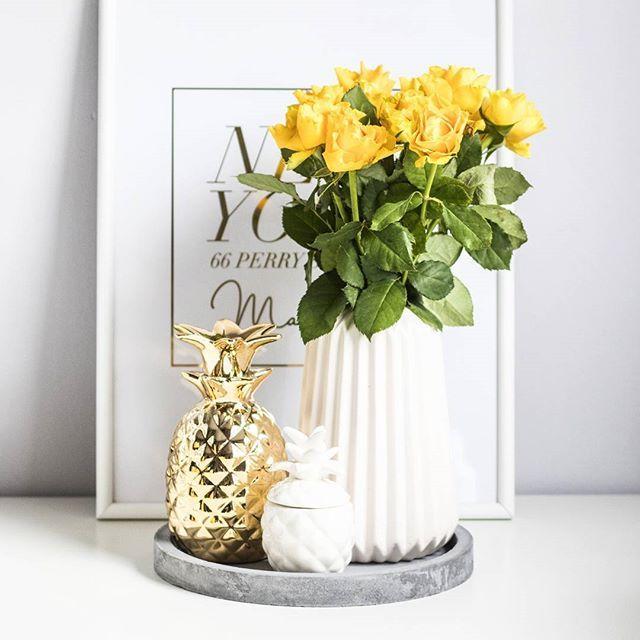 Szczecin dziś szary, więc przyniosłam trochę słońca do wazonu💛 ps. jakie plany na weekend? U mnie trochę pracy, kawa z mamą i wielkie ogarnianie szafy, bo zaczęła żyć własnym życiem. 😉 Miłego 😘 #homesweethome #friday #roses #yellowrosses #pineapple apple #interior #details #agublog #homeoffice