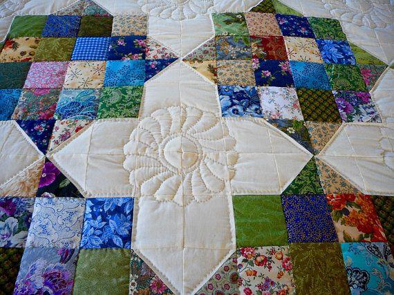 Colcha de Patchwork de Amish de María es relajante y delicioso. Ella lo creó usando colores que son similares a los utilizados por el impresionista francés Monet en sus pinturas de Nenúfares. Por sí mismos los 16 cuadrados de tela que hacen que cada cuadrado de patchwork no daría la colcha la fuerza visual que tiene. Sin embargo, además de María de los triángulos en los cuatro lados de los cuadrados de patchwork, el diseño general es equilibrado e integrado. Tocan los cuadrados de mosaico y…