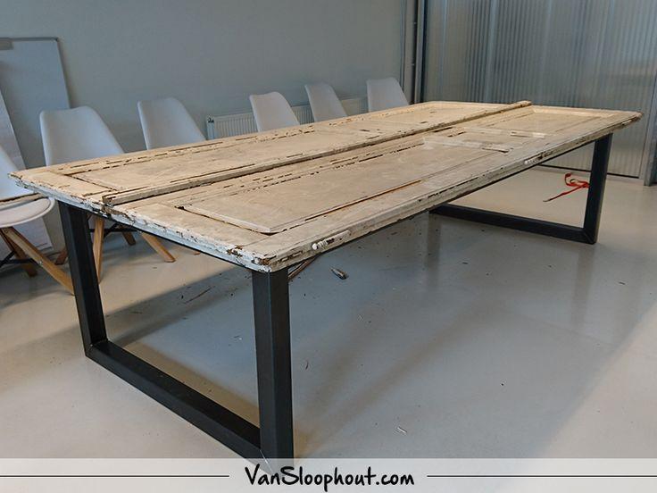 Bijzondere tafel! Een deur als tafelblad met een stalen U-frame. #creatiefmethout #deur #tafel #staal #frame #oudhout #interieur #exterieur #wonen #home #wooninspiratie #horeca #kantoor #werkplaats #woontrends #interieurtrends