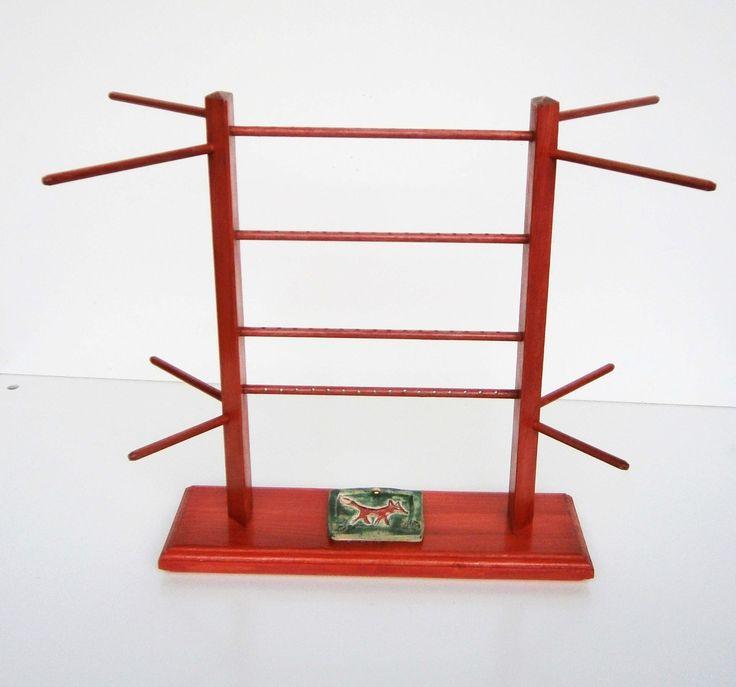Dřevěný stojan na šperky s keramickou liškou Dřevěný stojan na náušnice je vyrobený z bukových kulatin (vršek) a smrkového dřeva. Na prostředních ramínkách jsou vyvrtány dírky pro celkem 24 párů náušnic - ostatní šperky je možno zavěsit na postranní ramínka. Základna je dozdobena keramickou destičkou se zobrazením lišky (Fler, Ferdada). Keamická destička je k ...