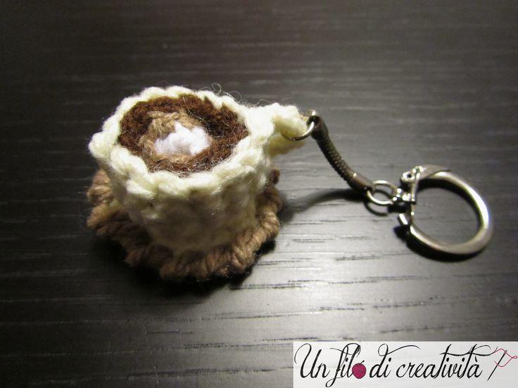 Portachiavi Tazzina con piattino fatto a mano all'unicnetto. - Keychain crochet handmade cup and saucer