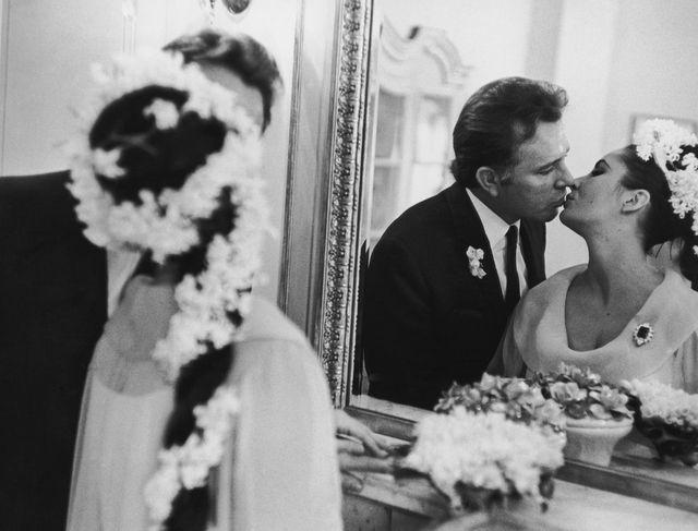 Il bacio dopo le nozze di Elizabeth Taylor e Richard Burton