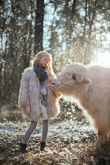 """C'est à Moscou que nous avons posé nos valises pour ce shooting """"La Belle et les Bêtes"""" présent dans le KiDS #18. Sous l'objectif de la photographe russe Katerina Plotnikova, notre petite Anna s'est laissé prendre au jeu. Et quel jeu ! Poser en compagnie d'animaux"""