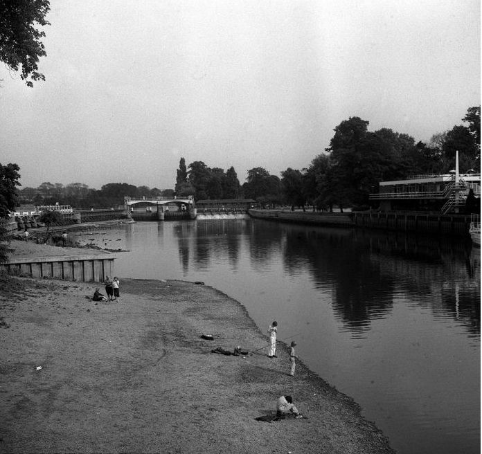 Drought 1976 river Thames 1976 People on the shore of the Thames at Teddington, during the drought crisis of 1976. Thames Water Authority have back-pumped water at Molesey Weir, near Hampton Court, with the result that less water is flowing down river and being lost.