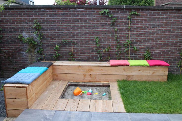 terras/ bank en zandbak ineen : Moderne tuinen van Buro Floris