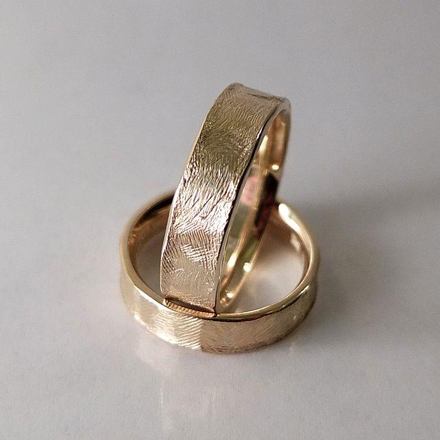 Obrączki z żółtego złota.  Powierzchnia ręcznie fakturowana, młotkowany rant. Marcin Gronkowski i Jan Suchodolski  http://waszeobraczki.pl/ #obrączki #ślub #wesela #miłość