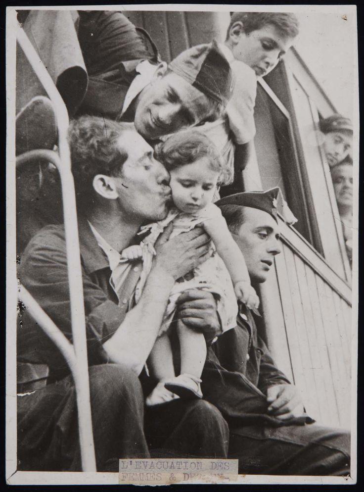 Milicianos despidiéndose en la estación de Barcelona, 1937, por Robert Capa.