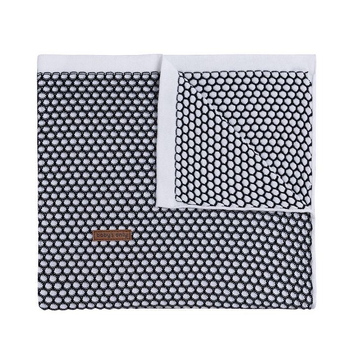Geweldige luxe gebreide deken van Baby's Only met gemeleerd honingraat patroon. . Prima te combineren met de lakentjes met het gebreide biesje. De deken is verkrijgbaar voor wieg (wandelwagen) en ledikant. TOG waarde 1.4 Samenstelling: 50% katoen / 50% acryl Wasvoorschrift: De materialen bestaan uit 50% katoen en 50% acryl. Dit heeft als voordeel dat … Continued
