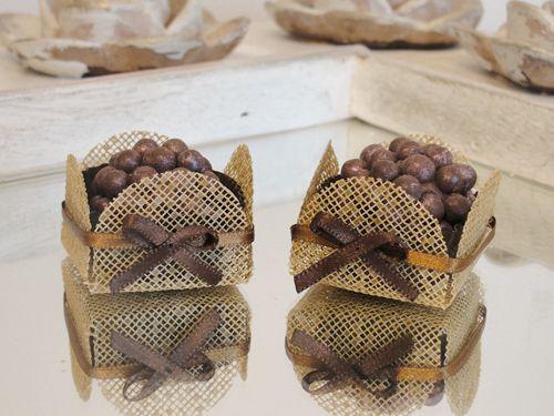 Forminhas de Doce - caixetas em tela caramelo com laço. Decoração para mesa de doces de Casamento, Chá de Bebê, Chá de Casa Nova, Chá de Lingerie, Formaturas, 15 anos.