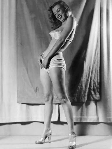 Marilyn Monroe / photo by Earl Moran.