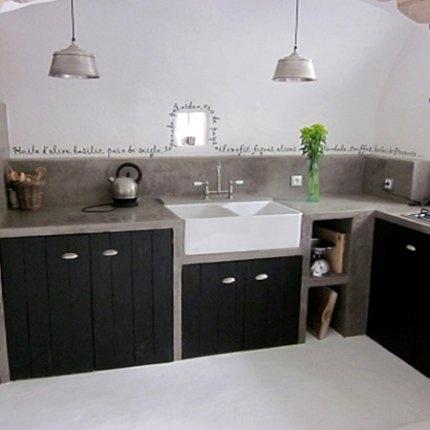 Cuisine bois noir et béton. Un texte court le long de la crédence.  #concrete #black #kitchen