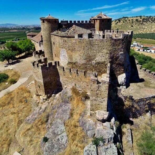 """CASTLES OF SPAIN - Castillo de la Encomienda (Badajoz). Tras la conquista de Trujillo en 1232 por Fernando III, el monarca, acompañado por los caballeros de Alcántara y por el obispo de Plasencia, penetra en la comarca de La Serena reconquistando algunas fortalezas islámicas. Don Arias Pérez, Maestre de la Orden de Alcántara, rendiría y echaría por tierra el castillo musulmán de Mojáfar, erigiendo sobre él este nuevo castillo, el de la """"Encomienda ó Castilnovo""""."""