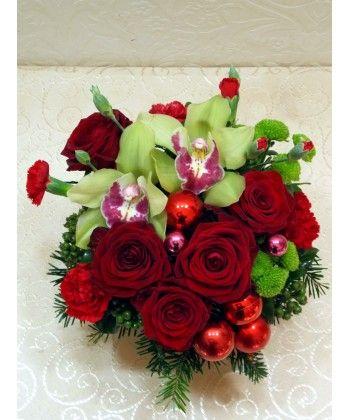 Aranjament cu orhidee, trandafiri si globuri