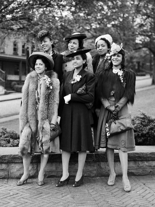 """A bevy of stylish African American Beauties, 1941. Photographed by Charles """"Teenie"""" Harris. #vintage #1940s #women #fashion"""
