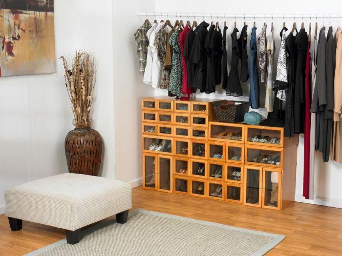 Традиционные деревянные шкафы - достаточно вместительные хранилища для обуви.