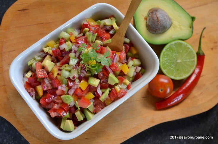 Salata mexicana Pico de gallo reteta traditionala. O salata asortata (mixta) de legume de sezon cu o vinegreta simpla din zeama de limeta (sau lamaie) si