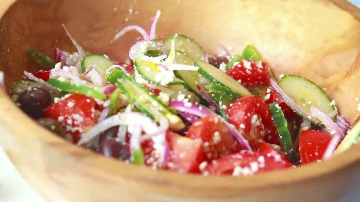 Подробный рецепт http://marycharybest.blogspot.de/2014/02/grecheskyi-salat.html Греческий салат - юный греческий бог на любом застолье, хотя ингредиенты греческого салата самые обычные. Приготовление греческого салата отличается простотой, но он - Бог Солнца.