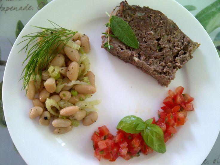 Oesters en Uien : Toscaans gehaktbrood met pancetta & parmezaanse kaas, met een tartaar van tomaat & basilicum, en een lauwwarme cannellinibonen & venkelsalade