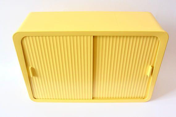 Amazing Vintage geneeskunde kabinet badkamer opslag | Geel kunststof | Mid Century 60s | Ijdelheid eenheid, schuifdeur