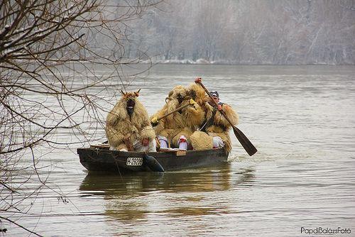 Mohacs, Hungary. A busójárás mohácsi farsangi népszokás, amely eredetileg sokác népszokás volt. Farsangi (télbúcsúztató) koporsó vízre bocsátása. Sötétedéskor az egybegyűltek elégetik a telet máglyagyújtással és a főtéren körtáncokat járnak. A busójárás a más népek hiedelemvilágában is megtalálható télbúcsúztató, tavaszköszöntő, oltalmazó, termékenységet varázsló ünnepek családjába tartozik. Éppúgy rokonságot mutat a riói és a velencei karnevállal, mint az afrikai népek szokásaival.