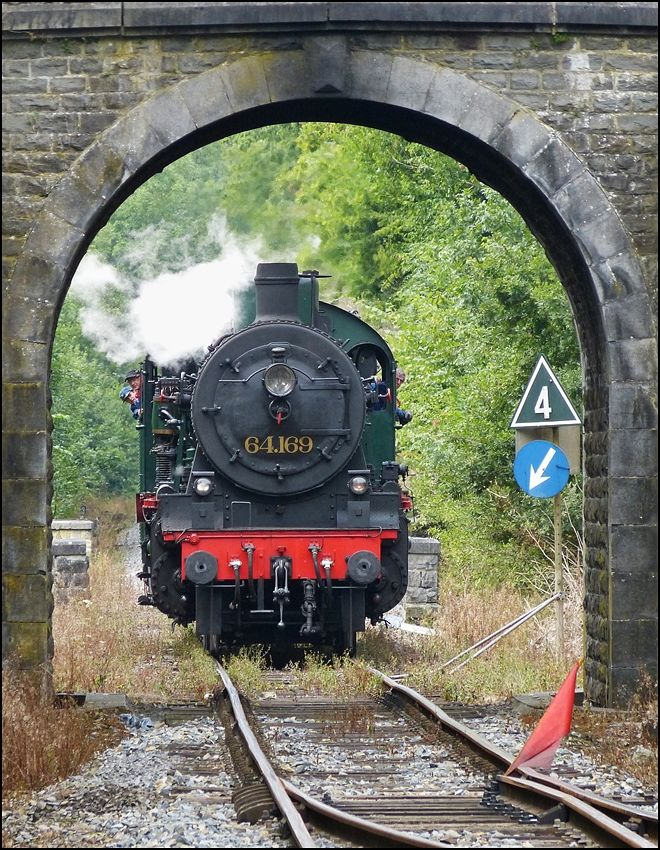 . Ob die P 8 wohl unter der schönen alten Brücke im Bahnhof Dorinne-Durnal hindurch passt? scheint die Frage bei Jung und Alt auf der Dampflok zu heissen. 17.08.2013 (Jeanny)