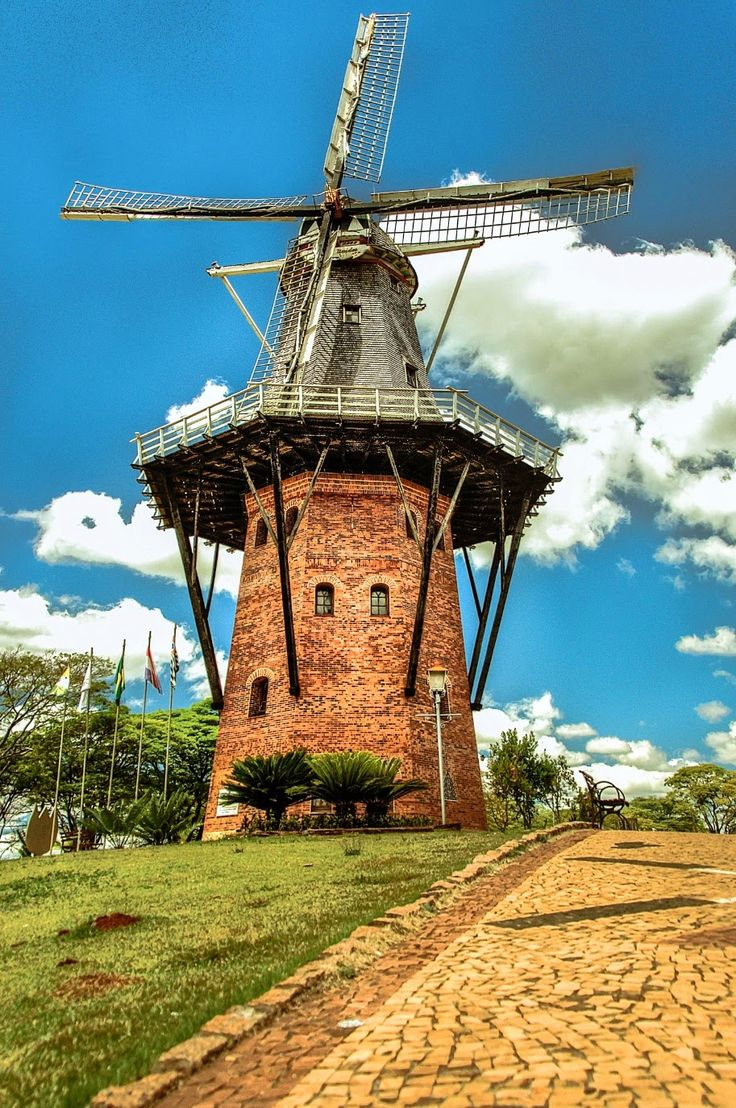 O moinho de Holambra é um marco visual que pode ser visto a quilômetros de distância por quem transita na estrada entre Santo Antônio de Posse e Artur Nogueira. (Brazil)