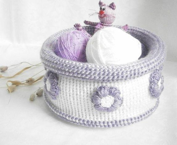 Basket, tunisian crochet. Heklet lilla hvit kurv i tunisisk hekling.