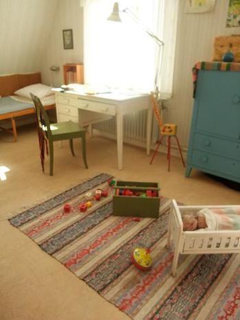 絨毯とブルーのチェストが子ども部屋を象徴しています。出しっ放しのおもちゃやお人形をみてると、そのままロッタちゃんが遊んでいるかのように思えてきます。