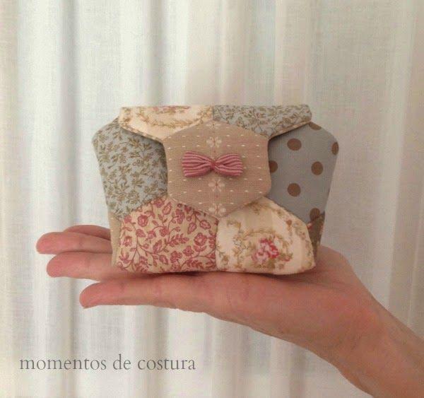 Desde que vi en Pinterest este mini bolso hecho con hexágonos no he parado de buscar el tutorial e incluso he intentado sacar yo misma el ...