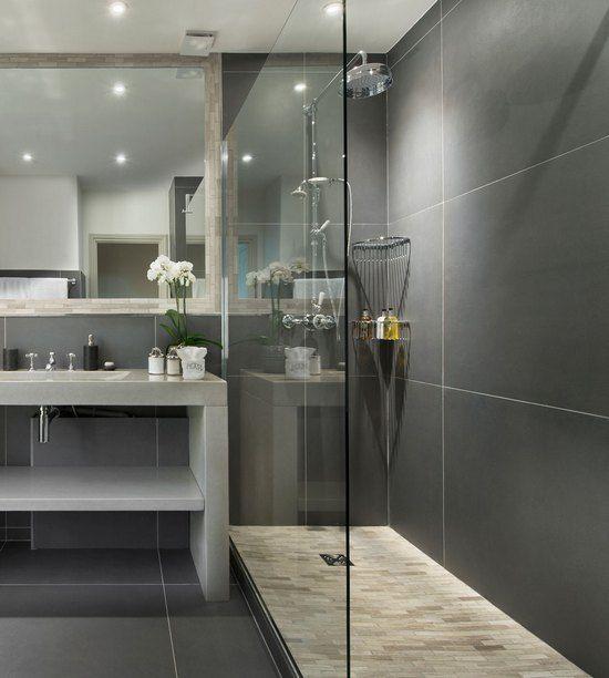 серая плитка на стенах в ванной комнате
