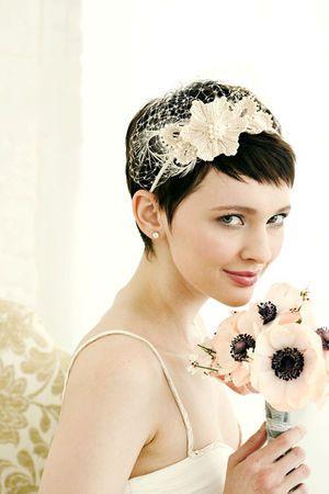 ベリーショート+カチューシャの小悪魔ヘア♡ ショートヘアで作るウェディングドレスに合う髪型一覧。ウェディングドレス・カラードレス・花嫁衣装の髪型まとめ。
