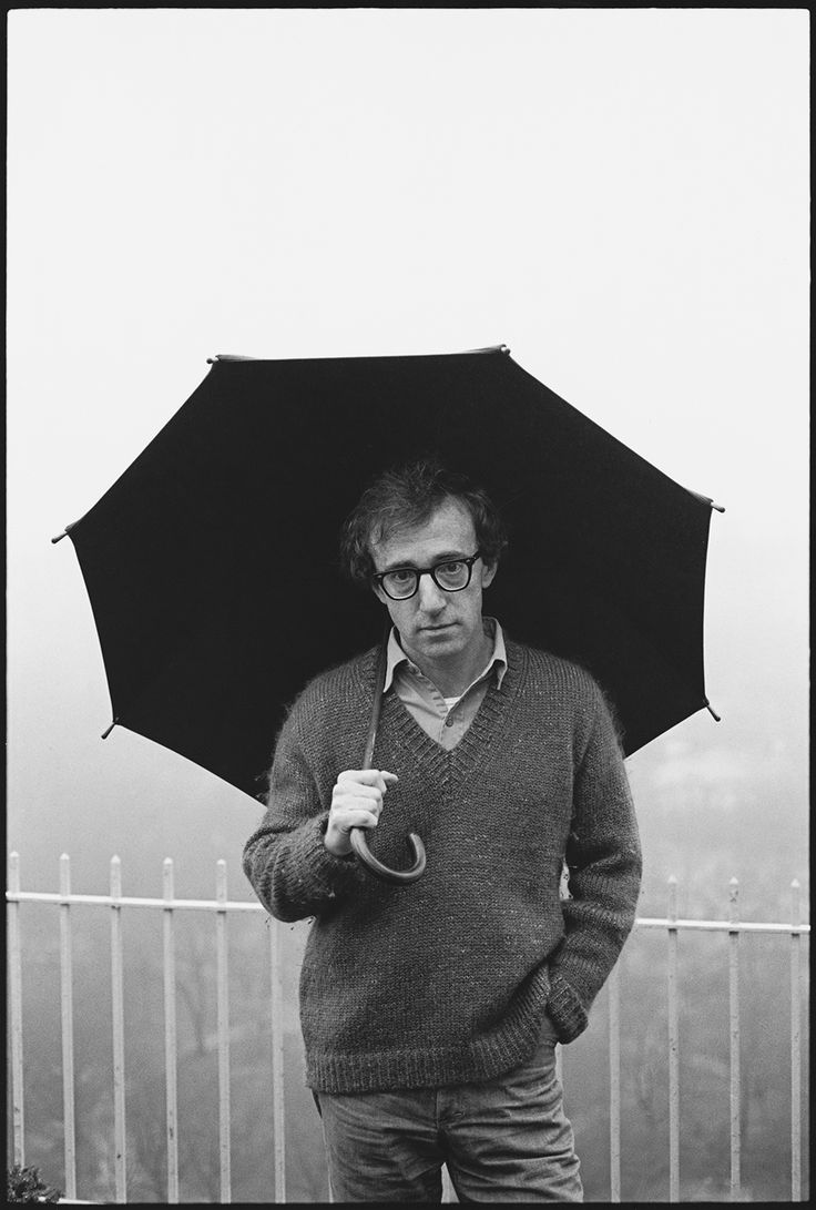 Photo : Mary Ellen Mark - Woody Allen sur son balcon à New York - 1979 rain guarda chuva umbrella