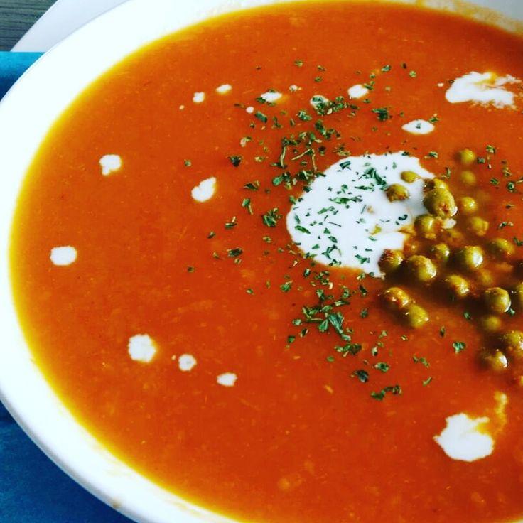 Zelfgemaakte wortel kokosmelk soep met gebakken erwten! Zeker niet moeilijk!