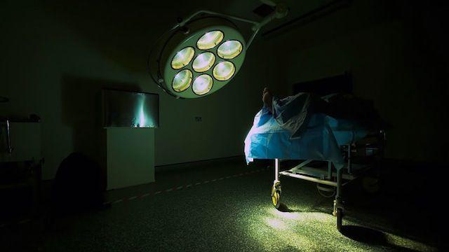 全米で発生したと考えられる病院内での医療ミスが絡む死亡例は、2013年中に少なく見積もっても25万件にのぼったそうです。  これは、がんまたは心臓病で亡くなった人数に次いで、全米では第3位の死亡原因にあたるんだとか。