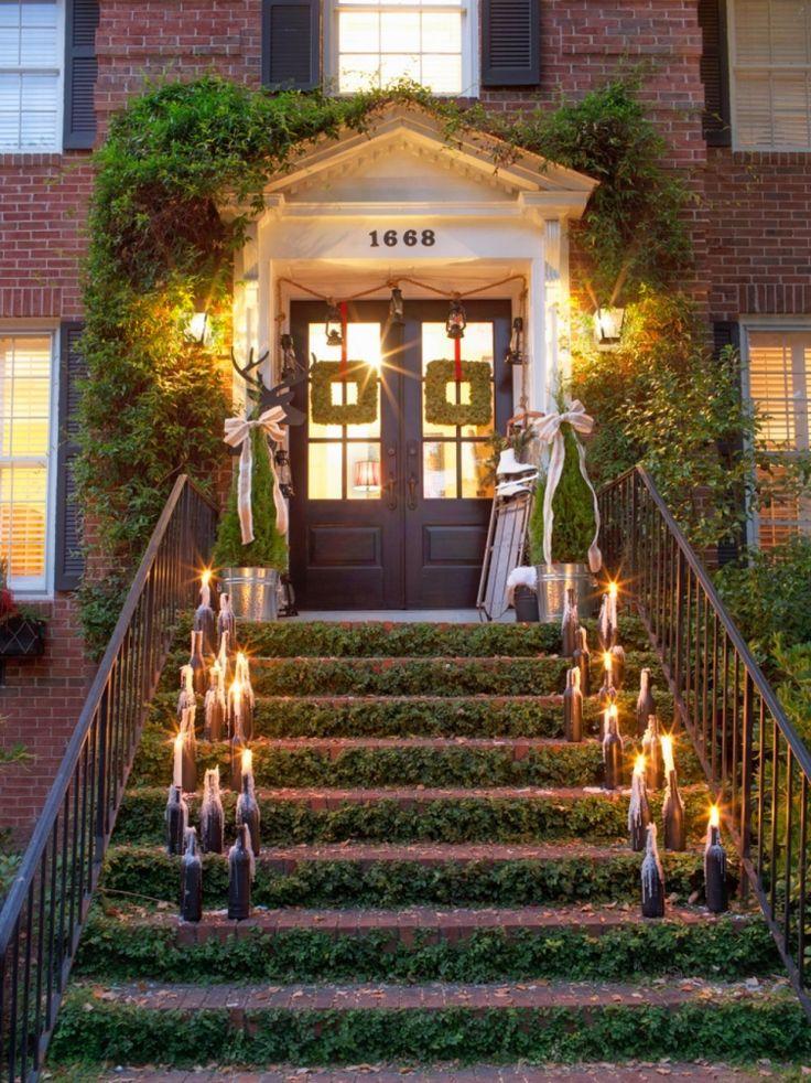 weihnachtsdeko außen-beleuchtet-haustuer-vintage-kerzen-weinflaschen-treppe-efeu-metallgelaender