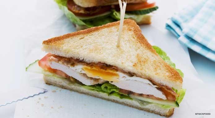 Club sandwich al pollo e uova