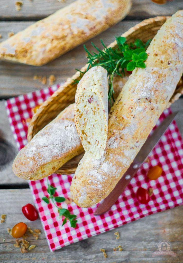 Deftiges Baguette mit Röstzwiebeln, Schinkenwürfel und geriebenem Käse. Eine tolle Beilage oder auch einfach wenn der kleine Hunger kommt