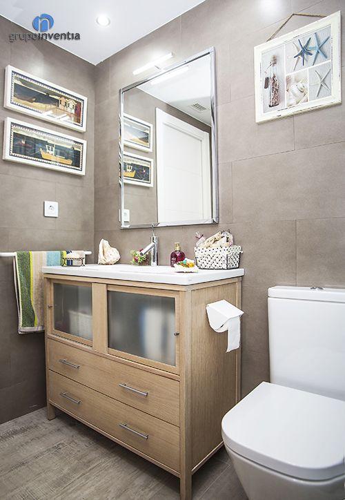En el cuarto de baño principal las paredes se alicatron con azulejos de color beige y se combinó con acabados en madera, consiguiendo un diseño interior espectacular. #bathroom #BCN