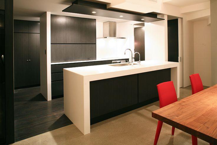 カクテルカウンターにもなるキッチン。キッチン裏に回遊式のサービススペースが控えている。