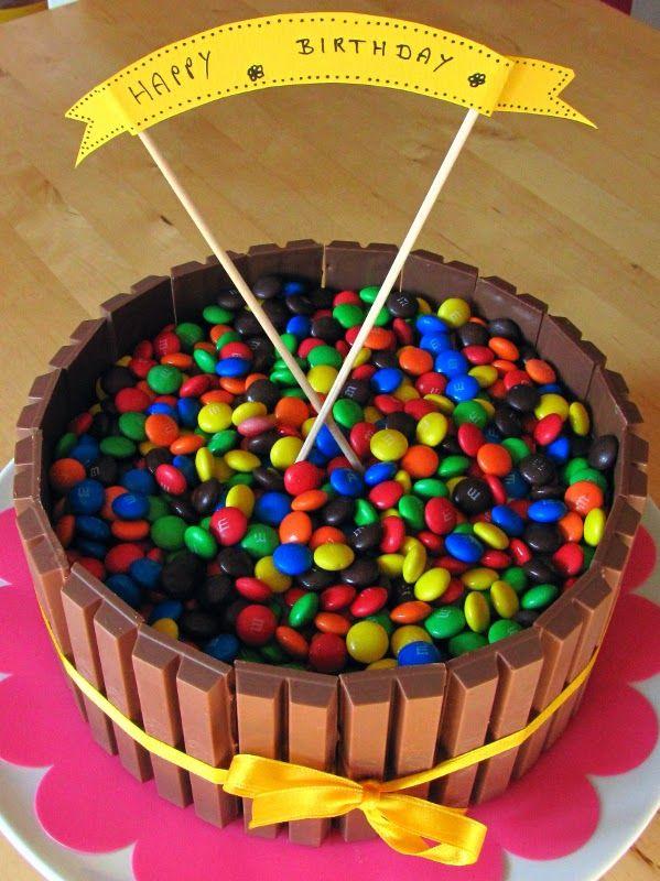 Bunter Geburtstagskuchen mit Kitkat und Smarties sowie das