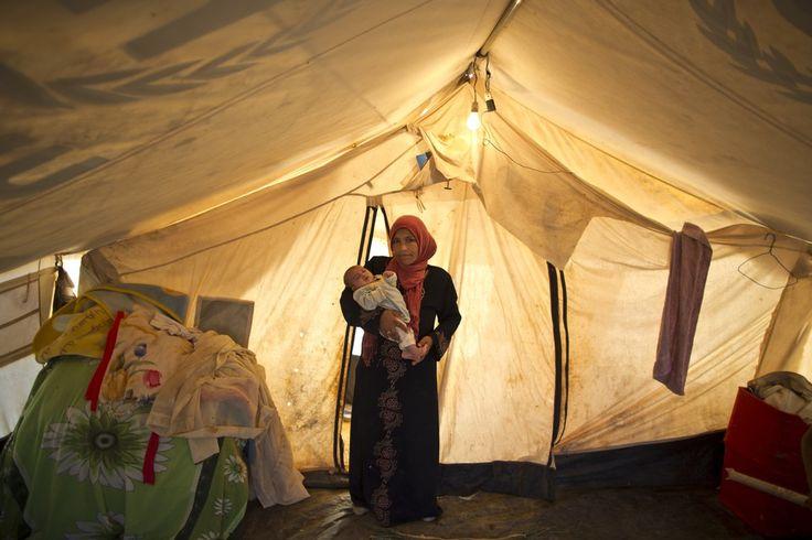 シリア難民キャンプ、テントで子育てする母親たち