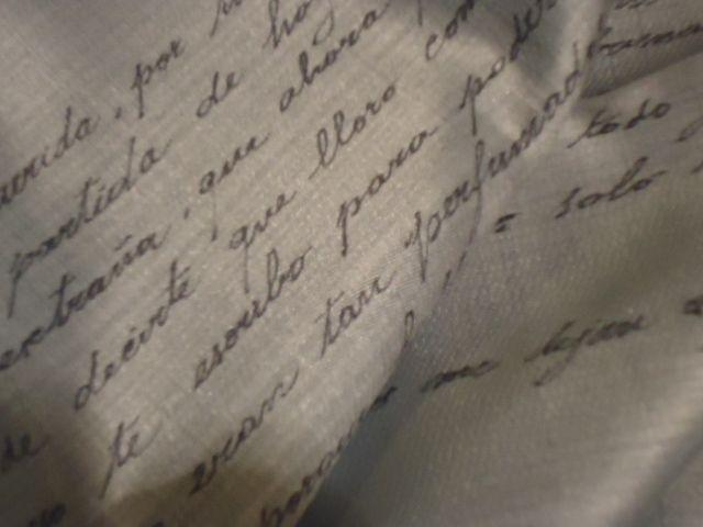 detalle de la tela manuscrita. 7000 cm cuadrados de seda escrita con las cartas de amor del novio de Rina.