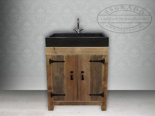 badkamermeubel van steigerhout op pootjes.  Mooie grote wasbak van hardsteen.