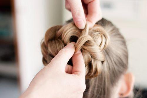 https://www.hipenhaar.nl/haarknot-maken-met-trendy-knot-bandje-tutorial/ een knot door middel van 2 staarten.