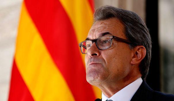 """Espagne: la Catalogne défie Madrid avec un référendum sur l'indépendance - lexpress.fr, 27/09/2014. Malgré son échec, le référendum sur l'indépendance de l'Ecosse a fait des envieux. Ainsi, en Espagne, le président de la riche région de Catalogne, Artur Mas, a défié Madrid ce samedi en convoquant pour le 9 novembre un référendum. """"Nous voulons voter"""", a-t-il déclaré après la signature solennelle du décret au palais de la Generalitat, le gouvernement catalan."""