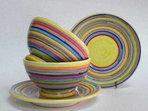 ( CODICE ARTICOLO: TAZ/07) Tazze da colazione senza manico e con piatto dipinte a mano con fantasie di righe. Tecnica: maiolica.