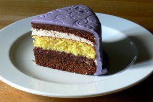 Fialový potahovaný dort řez